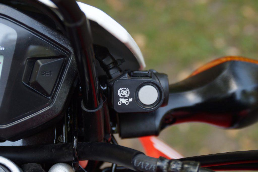 ABS-Taste im Cockpit einer CRF250LA